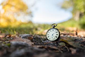 Retro Taschenuhr auf Steinuntergrund, draußen, Symbol für Zeit