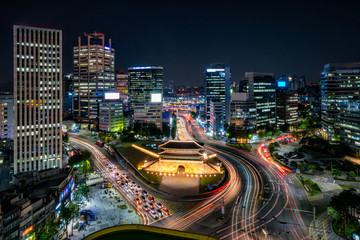 Fototapete - Sungnyemun gate (Namdaemun Market) or Namdaemun gate with light trails of car at night in Seoul, South korea.