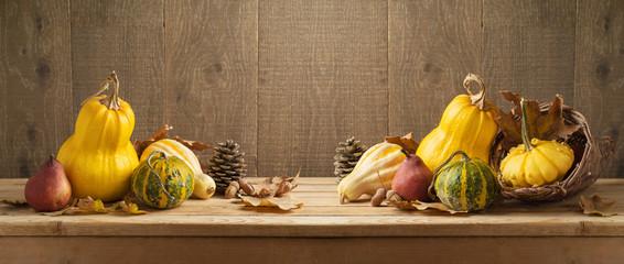 Autocollant pour porte Fleur Autumn harvest background with pumpkin and squash on wooden table