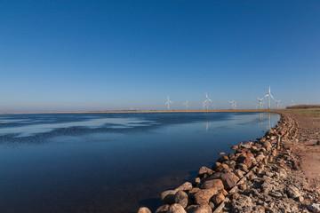 Fastensee auf der Insel Fehmarn-Blick auf Windkraftanlagen