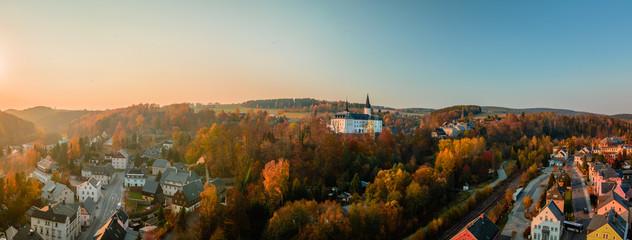 Ortsbild mit Schloss im Herbst Abendrot