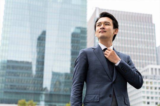ネクタイを結ぶビジネスマン