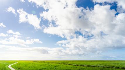 Naturlandschaft mit Wolken im Sommer