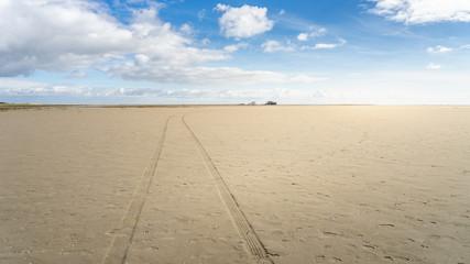 Einsamer Weg am Sandstrand im Sommerurlaub