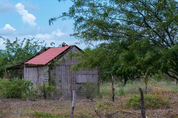 Casa abandonada en paisaje rural