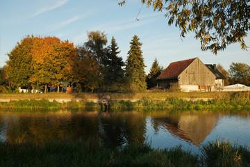 Polska, Gdańsk - jesienny krajobraz nad rzeką Motławą w wieczornym słońcu