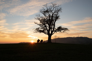 Pár zachycený během západu slunce na Velké Lhotě oblíbené místo s velkým výhledem na okolí