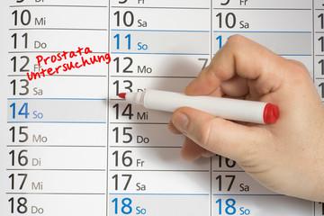 Ein Mann vermerkt im Kalender den Termin für die Prostata Untersuchung