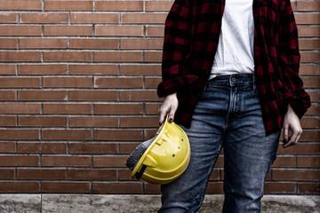 donna operaio edile con casco di sicurezza