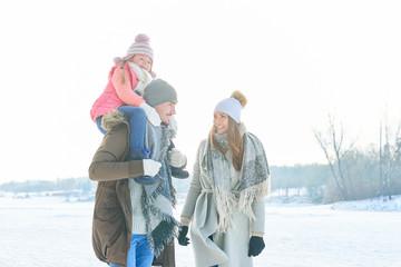 Eltern und Kind machen Winter Spaziergang