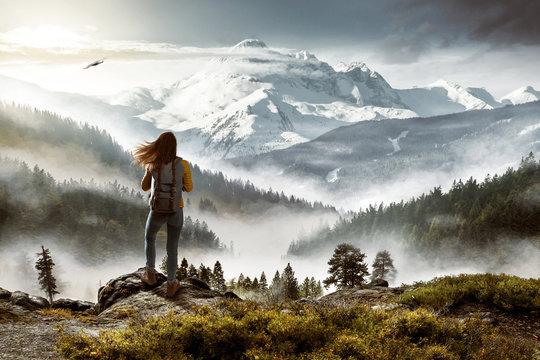 Wanderin vor malerischer Landschaft