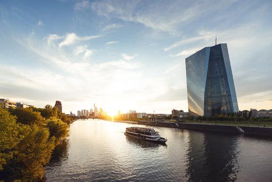 Europäische Zentralbank und Skyline von Frankfurt am Main bei Sonnenuntergang
