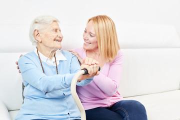 Seniorin als Mutter und liebende Tochter