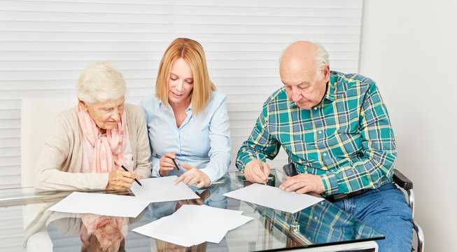 Frau bei Beratung von Senioren für Finanzen