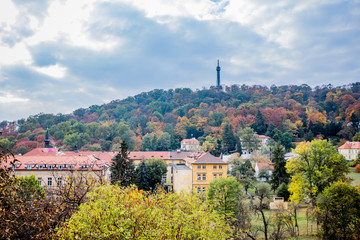 Vue sur la coline et la tour métallique de Pétrin à Prague