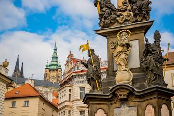 Monument devant l'Église Saint-Nicolas de Malá Strana à Prague