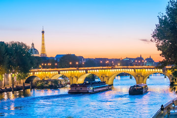 Fotomurales - Sunset view of Paris skyline with Eiffel tower
