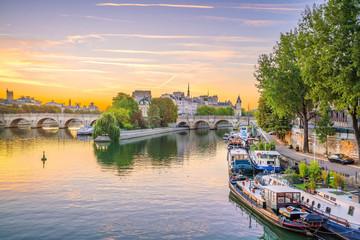 Fotomurales - Sunrise view of old town skyline in Paris