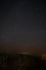 Sternenhimmel über dem Darß mit Milchstraße, Plejaden, Sternbild Perseus und Andromedanebel