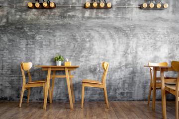 Estores personalizados con tu foto Wood Chairs and counters in the cafe