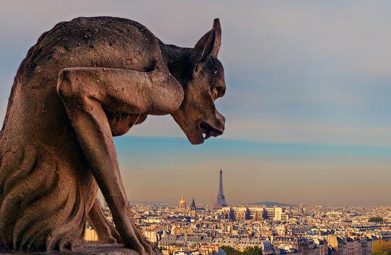 Chimère de Notre-Dame regardant la tour Eiffel