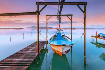 Bateau de pêche attaché au dessus de l'eau