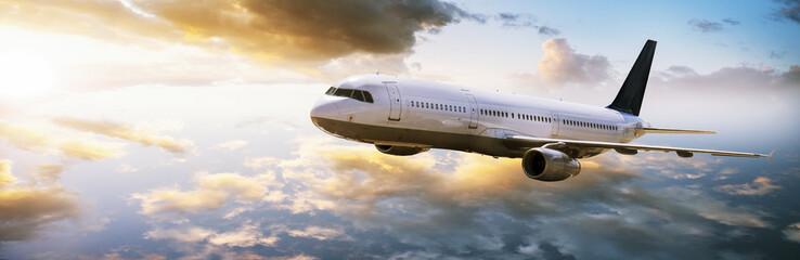 Flugzeug fliegt in den Sonnenuntergang Fototapete