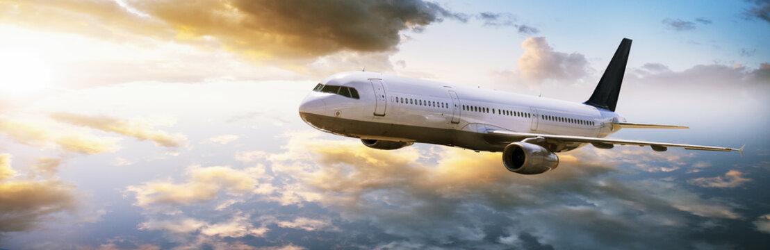 Flugzeug fliegt in den Sonnenuntergang