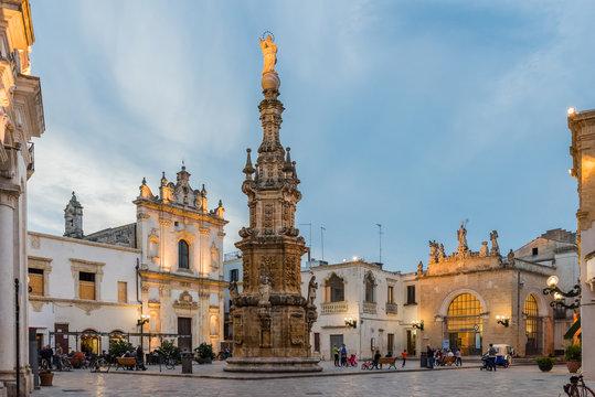 Nardò - Piazza Salandra mit Virgin-Säule; Apulien