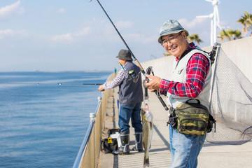 釣りを楽しむシニア男性