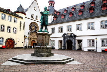 Rathaus, Citykirche (die ehemalige Jesuitenkirche) und Johannes-Müller-Denkmal am Jesuitenplatz in historischen Stadt Koblenz.