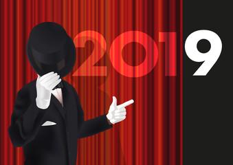 Carte de vœux 2019 avec un homme en costume qui présente la nouvelle année en ouvrant le rideau rouge sur une scène de spectacle