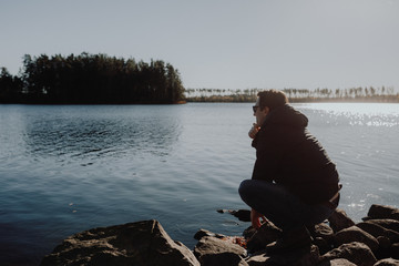 Einsamer Mann an einem See im Herbst in Schweden / Lonesome Guy At Lake During Indian Summer in Sweden