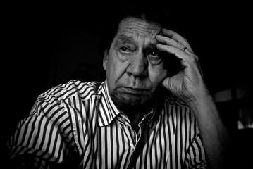Uomo anziano, ritratto fotografico in bianco e nero.