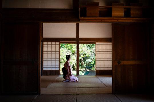 和室で寛ぐ着物を着た女性