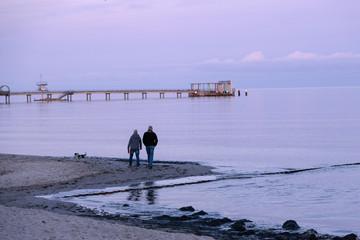 Abendspaziergang mit Hund am Strand von Kellenhusen