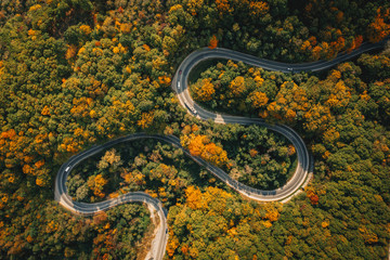 Photo sur Plexiglas Vue aerienne Road seen from above. Aerial view of an extreme winding curved road in the middle of the forest