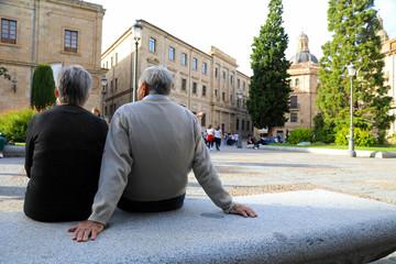pareja de personas mayores sentadas salamanca 4M0A6097-f18