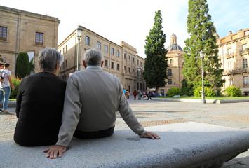 pareja de personas mayores sentadas salamanca 4M0A6099-f18