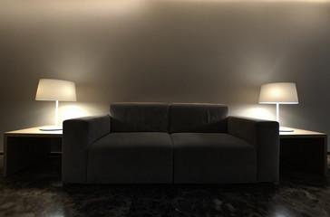 Sofa con lamparas a ambos lados