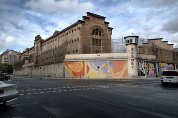 Murales y grafitis en el muro exterior de la antigua cárcel modelo de Barcelona