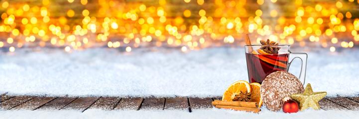 Montage in der Fensternische Honig Glühwein lebkuchen und weihnachten dekoration auf schnee vor bokeh lichterhintergrund / hot spiced wine on christmas xmas market snow bokeh background with many lights ice blue snow