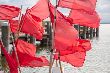 Rote Fahnen auf Fischerboot