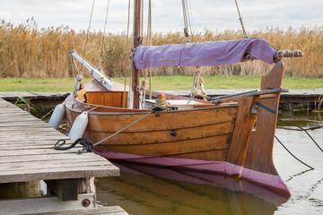 Altes Segelboot aus Holz