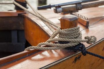 Holzpoller auf altem Segelschiff