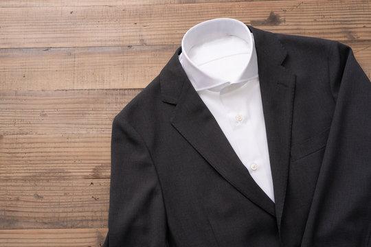 男性のジャケットとシャツ