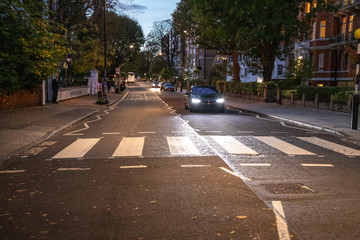 In de dag Centraal Europa Abbey Road Zebrastreifen bei Nacht, London