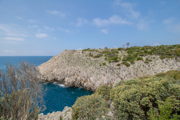 Sentiero die Fortini ist ein wunderschöner Wanderpfad mit einigen kleinen Festungsruinen, der sich an der Westküste der Insel Capri entlangschlängelt.