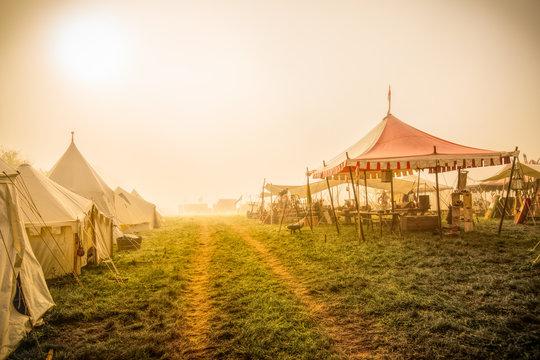 Mittelalterliches Lager im Morgennebel