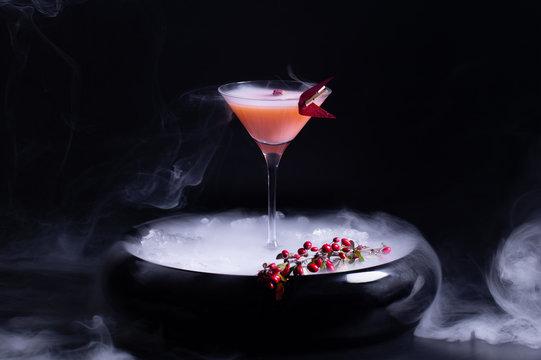 алкогольный коктейль в миске со льдом и паром